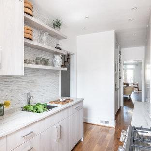 ワシントンD.C.の小さい北欧スタイルのおしゃれなキッチン (フラットパネル扉のキャビネット、ヴィンテージ仕上げキャビネット、珪岩カウンター、緑のキッチンパネル、ボーダータイルのキッチンパネル、パネルと同色の調理設備、アイランドなし、緑のキッチンカウンター) の写真