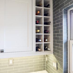 デトロイトの小さいモダンスタイルのおしゃれなキッチン (アンダーカウンターシンク、フラットパネル扉のキャビネット、白いキャビネット、珪岩カウンター、グレーのキッチンパネル、ガラスタイルのキッチンパネル、シルバーの調理設備の、クッションフロア、マルチカラーの床) の写真