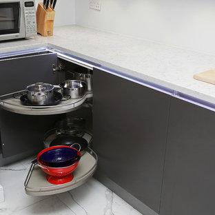 Foto de cocina minimalista, pequeña, con armarios con paneles lisos, puertas de armario grises y electrodomésticos de acero inoxidable