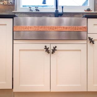 Inspiration för avskilda, små klassiska u-kök, med en rustik diskho, skåp i shakerstil, beige skåp, bänkskiva i kvartsit, stänkskydd med metallisk yta, stänkskydd i glaskakel, rostfria vitvaror och bambugolv