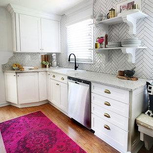 ニューヨークの小さいトラディショナルスタイルのおしゃれなキッチン (ドロップインシンク、落し込みパネル扉のキャビネット、白いキャビネット、クオーツストーンカウンター、白いキッチンパネル、サブウェイタイルのキッチンパネル、シルバーの調理設備、淡色無垢フローリング、アイランドなし) の写真