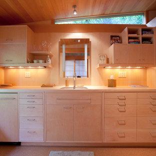 Imagen de cocina de galera, contemporánea, pequeña, cerrada, sin isla, con armarios con paneles lisos, puertas de armario de madera clara, encimera de madera, salpicadero beige, fregadero de un seno y suelo de corcho