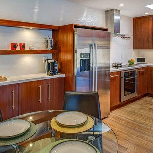 Idéer för ett litet modernt kök, med en rustik diskho, släta luckor, skåp i mörkt trä, bänkskiva i koppar, vitt stänkskydd, stänkskydd i porslinskakel, rostfria vitvaror och bambugolv