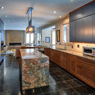 デンバーの中サイズのエクレクティックスタイルのおしゃれなキッチン (アンダーカウンターシンク、フラットパネル扉のキャビネット、御影石カウンター、シルバーの調理設備の、黒い床、マルチカラーのキッチンカウンター) の写真
