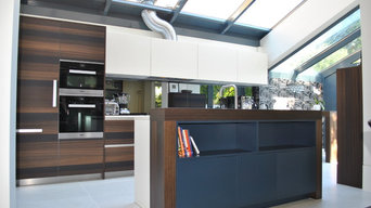 Smoked oak kitchen with matt lacquer in white and navy blue.