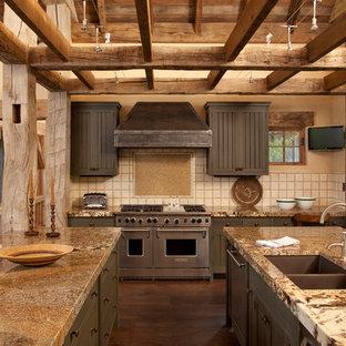 Diseño de cocina rústica con electrodomésticos de acero inoxidable, fregadero de doble seno, puertas de armario grises y salpicadero beige