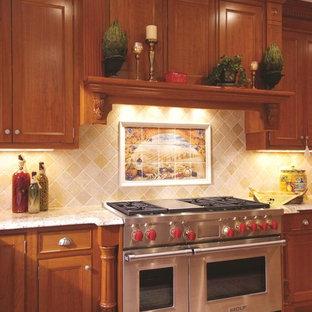 Новый формат декора квартиры: кухня в классическом стиле с фасадами с утопленной филенкой, темными деревянными фасадами, бежевым фартуком, техникой из нержавеющей стали и фартуком из известняка