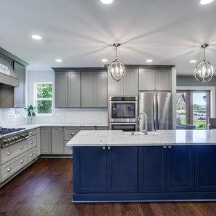 Große Klassische Wohnküche in L-Form mit Landhausspüle, Schrankfronten im Shaker-Stil, grauen Schränken, Quarzwerkstein-Arbeitsplatte, Küchenrückwand in Weiß, Rückwand aus Keramikfliesen, Küchengeräten aus Edelstahl, Sperrholzboden, Kücheninsel, braunem Boden und weißer Arbeitsplatte in Portland