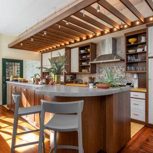 フィラデルフィアのトランジショナルスタイルのおしゃれなキッチン (シェーカースタイル扉のキャビネット、白いキャビネット、黄色い床、黄色いキッチンカウンター、表し梁) の写真