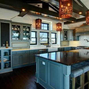 Idéer för att renovera ett stort vintage kök, med en rustik diskho, luckor med upphöjd panel, blå skåp, vitt stänkskydd, rostfria vitvaror, mörkt trägolv, en köksö, granitbänkskiva och stänkskydd i mosaik
