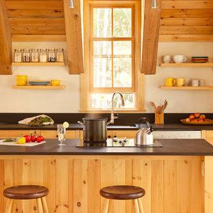 ポートランド(メイン)のコンテンポラリースタイルのおしゃれなキッチン (アンダーカウンターシンク、シェーカースタイル扉のキャビネット、中間色木目調キャビネット、白い調理設備) の写真