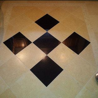 ニューヨークの中サイズのトラディショナルスタイルのおしゃれなキッチン (レイズドパネル扉のキャビネット、中間色木目調キャビネット、磁器タイルの床) の写真