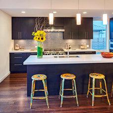 Modern Kitchen by Blu Homes