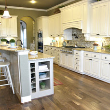 Traditional Kitchen by Dy Lynne Décor, Inc.