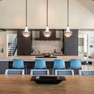 Offene, Große Moderne Küche in U-Form mit schwarzen Schränken, Betonarbeitsplatte, Küchenrückwand in Grau, Rückwand aus Marmor, Elektrogeräten mit Frontblende, Betonboden, Kücheninsel, grauem Boden und bunter Arbeitsplatte in San Francisco