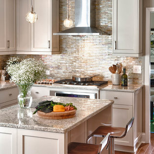Inspiration för ett vintage l-kök, med skåp i shakerstil, grå skåp, stänkskydd med metallisk yta, mellanmörkt trägolv, en köksö, granitbänkskiva, stänkskydd i metallkakel och rostfria vitvaror