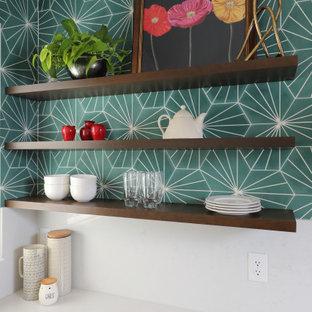 他の地域の中くらいのコンテンポラリースタイルのおしゃれなキッチン (アンダーカウンターシンク、シェーカースタイル扉のキャビネット、黒いキャビネット、クオーツストーンカウンター、緑のキッチンパネル、セメントタイルのキッチンパネル、黒い調理設備、ラミネートの床、茶色い床、白いキッチンカウンター) の写真