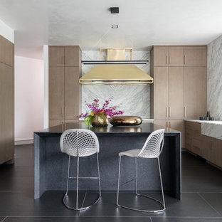 Idee per una grande cucina design con top in marmo, isola, lavello stile country, ante lisce, ante in legno scuro, paraspruzzi bianco, paraspruzzi in lastra di pietra, pavimento nero e top bianco