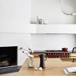 サンフランシスコのコンテンポラリースタイルのおしゃれなキッチン (ドロップインシンク、フラットパネル扉のキャビネット、中間色木目調キャビネット、木材カウンター、白いキッチンパネル、カラー調理設備、無垢フローリング、茶色い床、茶色いキッチンカウンター) の写真