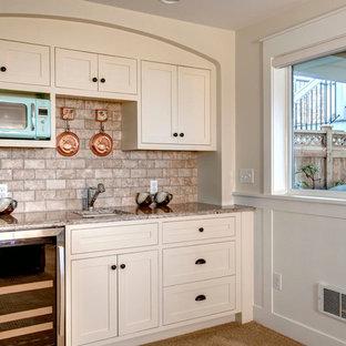 Offene Klassische Küche in L-Form mit Waschbecken, Schrankfronten im Shaker-Stil, beigen Schränken, Marmor-Arbeitsplatte, Küchenrückwand in Beige, Rückwand aus Keramikfliesen, Teppichboden und Kücheninsel in Seattle