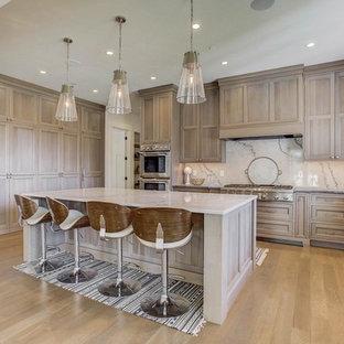 Idéer för ett mycket stort klassiskt kök, med en undermonterad diskho, skåp i shakerstil, bruna skåp, vitt stänkskydd, rostfria vitvaror och en köksö