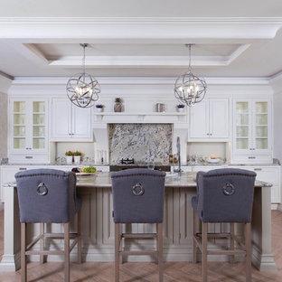 Bild på ett avskilt, stort vintage l-kök, med en undermonterad diskho, luckor med lamellpanel, beige skåp, granitbänkskiva, flerfärgad stänkskydd, stänkskydd i sten, rostfria vitvaror, klinkergolv i porslin och en köksö