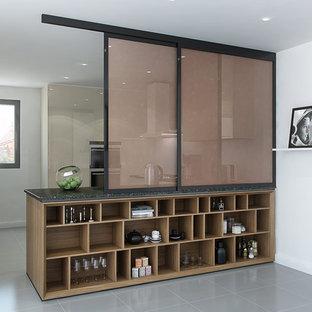 Esempio di una cucina moderna di medie dimensioni con lavello a vasca singola, nessun'anta, ante in legno chiaro, paraspruzzi beige e elettrodomestici in acciaio inossidabile