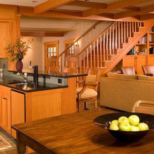 Foto på ett stort amerikanskt svart kök, med en undermonterad diskho, skåp i shakerstil, skåp i ljust trä, granitbänkskiva, grått stänkskydd, stänkskydd i skiffer, integrerade vitvaror, skiffergolv, en halv köksö och flerfärgat golv
