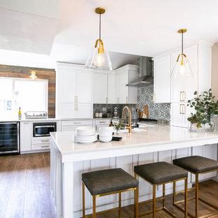 Mittelgroße Klassische Wohnküche in U-Form mit Landhausspüle, Schrankfronten im Shaker-Stil, weißen Schränken, Quarzwerkstein-Arbeitsplatte, bunter Rückwand, Rückwand aus Zementfliesen, Küchengeräten aus Edelstahl, Vinylboden, Halbinsel, braunem Boden und grauer Arbeitsplatte in Denver