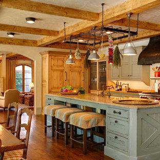 Immagine di un'ampia cucina abitabile con ante con riquadro incassato, ante verdi, top in pietra calcarea, paraspruzzi bianco, paraspruzzi con piastrelle in ceramica, elettrodomestici in acciaio inossidabile, parquet scuro e isola