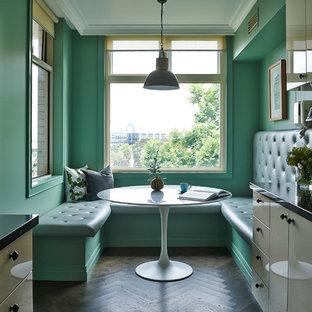 Ispirazione per una cucina parallela moderna di medie dimensioni e chiusa con lavello a doppia vasca, ante lisce, ante bianche, top in granito, paraspruzzi verde, paraspruzzi in lastra di pietra, elettrodomestici in acciaio inossidabile, parquet scuro, nessuna isola e pavimento marrone