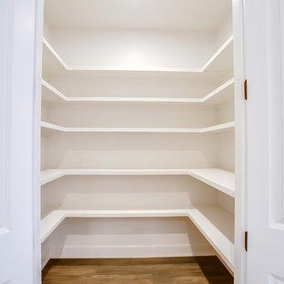 Klassisk inredning av ett mellanstort flerfärgad flerfärgat kök, med en undermonterad diskho, skåp i shakerstil, vita skåp, granitbänkskiva, vitt stänkskydd, stänkskydd i tunnelbanekakel, rostfria vitvaror, mörkt trägolv, en köksö och brunt golv