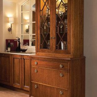 ヒューストンのヴィクトリアン調のおしゃれなキッチン (ドロップインシンク、シェーカースタイル扉のキャビネット、中間色木目調キャビネット、セラミックタイルの床) の写真