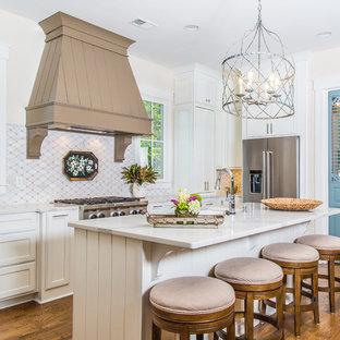 他の地域の中サイズのシャビーシック調のおしゃれなキッチン (アンダーカウンターシンク、落し込みパネル扉のキャビネット、白いキャビネット、大理石カウンター、シルバーの調理設備の、白いキッチンパネル、無垢フローリング) の写真