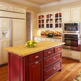 Idéer för ett klassiskt kök, med luckor med glaspanel, träbänkskiva och röda skåp