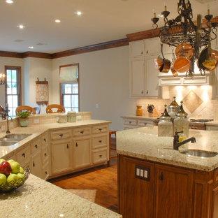 Klassische Küche mit Triple-Waschtisch, Schrankfronten mit vertiefter Füllung, Schränken im Used-Look, Granit-Arbeitsplatte, Küchenrückwand in Beige, Rückwand aus Keramikfliesen, Küchengeräten aus Edelstahl, braunem Holzboden und Kücheninsel in Houston