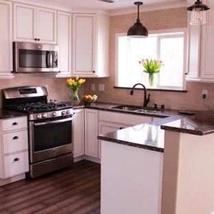 Bild på ett avskilt, litet vintage u-kök, med en undermonterad diskho, luckor med profilerade fronter, vita skåp, bänkskiva i kvartsit, beige stänkskydd, rostfria vitvaror och mörkt trägolv