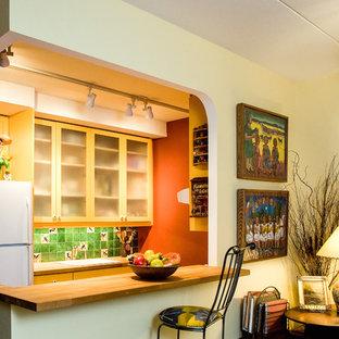 Ispirazione per una piccola cucina stile americano con lavello da incasso, ante di vetro, ante in legno chiaro, top in legno, paraspruzzi verde, paraspruzzi con piastrelle a mosaico, elettrodomestici bianchi e penisola