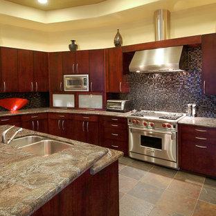 Foto di una cucina american style con paraspruzzi con piastrelle a mosaico, ante lisce, ante in legno bruno, elettrodomestici in acciaio inossidabile e paraspruzzi multicolore
