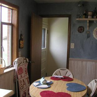 デンバーの小さいサンタフェスタイルのおしゃれなキッチン (ダブルシンク、レイズドパネル扉のキャビネット、淡色木目調キャビネット、ラミネートカウンター、ベージュキッチンパネル、白い調理設備、セラミックタイルの床、アイランドなし) の写真