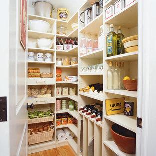 Ejemplo de cocina en L, tradicional, grande, con armarios abiertos, puertas de armario blancas, despensa, suelo de madera clara y suelo beige