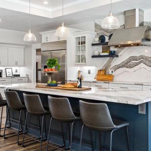 Klassische Küche in L-Form mit Schrankfronten im Shaker-Stil, weißen Schränken, Küchengeräten aus Edelstahl, braunem Holzboden, Kücheninsel, braunem Boden, weißer Arbeitsplatte und eingelassener Decke in New York