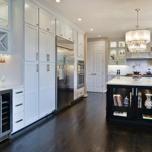 ワシントンD.C.の大きいモダンスタイルのおしゃれなキッチン (エプロンフロントシンク、白いキャビネット、珪岩カウンター、白いキッチンパネル、トラバーチンの床、シルバーの調理設備の、濃色無垢フローリング、茶色い床、白いキッチンカウンター) の写真