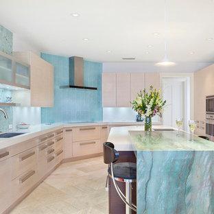Bild på ett stort, avskilt funkis flerfärgad flerfärgat u-kök, med en undermonterad diskho, släta luckor, beige skåp, marmorbänkskiva, blått stänkskydd, stänkskydd i glaskakel, rostfria vitvaror, klinkergolv i porslin, en köksö och beiget golv