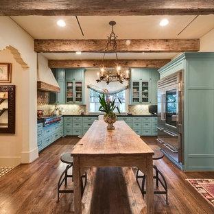 ヒューストンの中サイズの地中海スタイルのおしゃれなキッチン (エプロンフロントシンク、シェーカースタイル扉のキャビネット、青いキャビネット、御影石カウンター、マルチカラーのキッチンパネル、セメントタイルのキッチンパネル、シルバーの調理設備の、濃色無垢フローリング) の写真