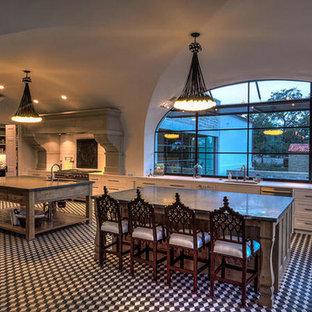 オースティンのサンタフェスタイルのおしゃれなキッチンの写真