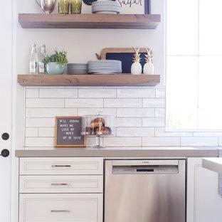 サンディエゴの中サイズのトランジショナルスタイルのおしゃれなキッチン (アンダーカウンターシンク、落し込みパネル扉のキャビネット、白いキャビネット、珪岩カウンター、マルチカラーのキッチンパネル、セメントタイルのキッチンパネル、シルバーの調理設備の、淡色無垢フローリング、ベージュの床) の写真