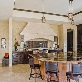 オースティンの巨大なサンタフェスタイルのおしゃれなキッチン (ダブルシンク、御影石カウンター、メタリックのキッチンパネル、メタルタイルのキッチンパネル、シルバーの調理設備の、トラバーチンの床) の写真