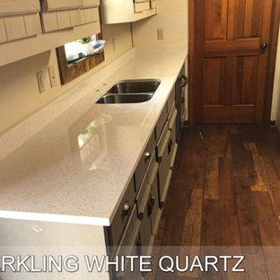 Esempio di una cucina minimalista di medie dimensioni con top in quarzite, lavello a doppia vasca, elettrodomestici in acciaio inossidabile, pavimento in compensato, pavimento rosso, ante beige, paraspruzzi bianco, paraspruzzi in quarzo composito, 2 o più isole, top bianco e ante lisce