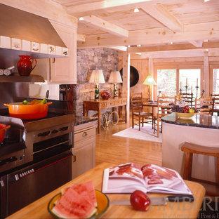 Shabby-Style Wohnküche mit Schrankfronten mit vertiefter Füllung, hellen Holzschränken, Küchengeräten aus Edelstahl und Kücheninsel in Boston